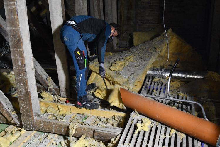 Vakuumsuger fjerner mineraluld