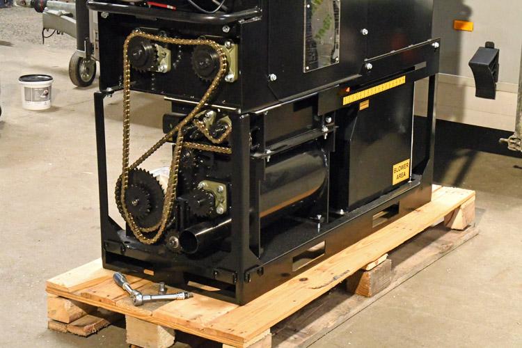 Justering af kæde på en CM-2400 isoleringsmaskine