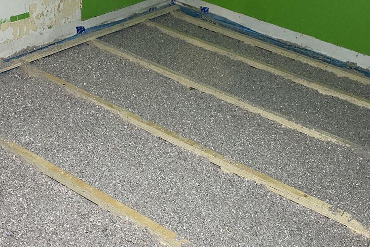 færdig isolering af gulv med papiruld