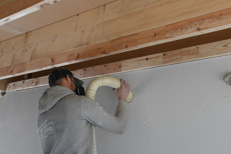 Indblæsning af granulat i væg med isoleringsmaskine