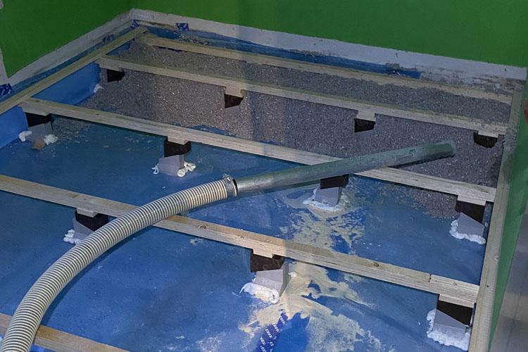 isolering af gulv med warmfiber papirisolering